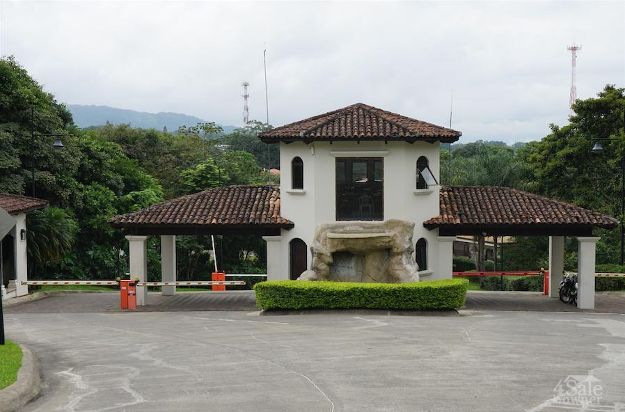 Amplia casa en ciudad col n condominio cerro col n casa for B b for sale by owner