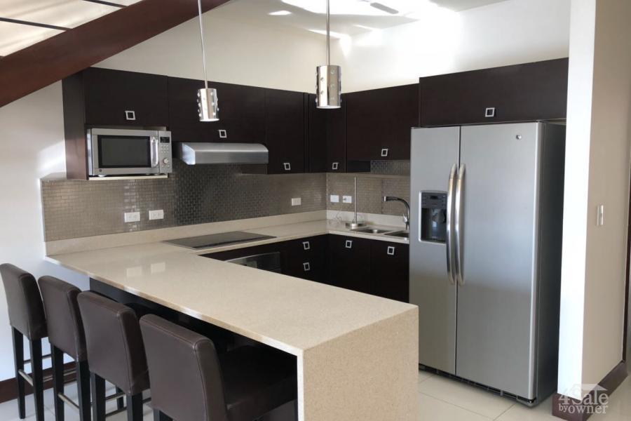 Hermoso apartamento con mezzanine en condominio Via Nova en Santa Ana